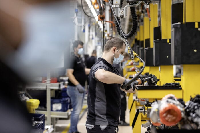 Step by step back to normality: Mercedes-Benz car plants successfully restart production