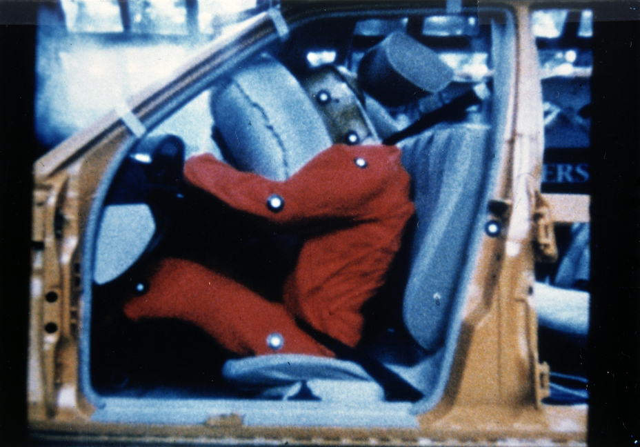 40 years ago Brandspurng Mercedes-Benz launched the driver's airbag and seat belt tensioner in series production