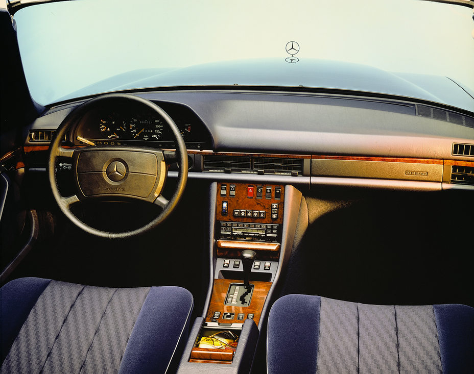40 years ago Brandspurng Mercedes-Benz launched the driver's airbag and seat belt tensioner in series production1