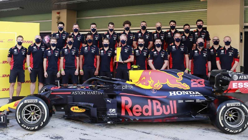 DHL presents awards to world champion Lewis Hamilton and Aston Martin Red Bull Racing for record times Brandspurng1